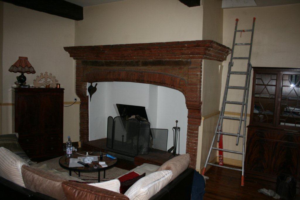 Chemin e toulousaine en briques cantou artisan for Brique foyer interieur